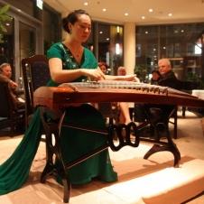 Aufmerksam lauschen die Gäste dem bemerkenswerten Spiel von SONG Tingting auf der Guzheng