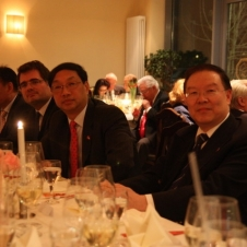 Ehrengäste zum 40-jährigen Jubiläum der HCG v.r. Generalkonsul YANG, Botschafter SHI Mingde, Staatsrat Wolfgang Schmidt