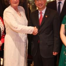 Freude über 40-jähriges Jubiläum der HCG Botschafter SHI Mingde und Präsidentin A.-E. Schöttler