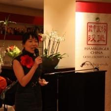 Moderatorin Amanda Guo begrüßt die Gäste