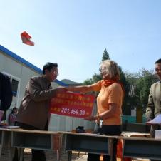 Geldübergabe: Der Schulleiter DENG Shuting, Carla Michel und Herr YANG Yucheng (Gesellschaft für die Freundschaft mit dem Ausland Sichuan)