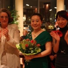 Song Tingting umrahmt von Moderatorin Amanda Guo und A.-E. Schöttler